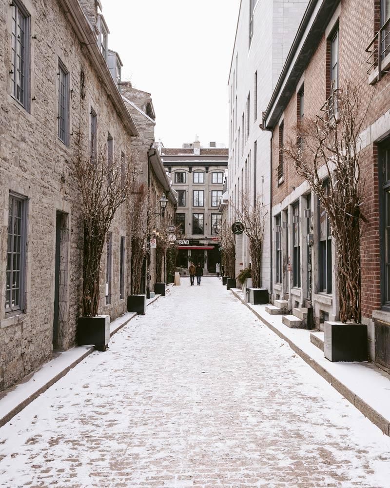 Photo d'une rue dans le quartier historique du Vieux-Montréal.