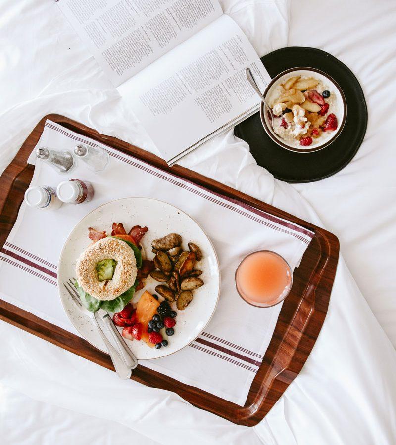 Un plateau petit-déjeuner sur l'un des lits de l'Hôtel Nelligan.