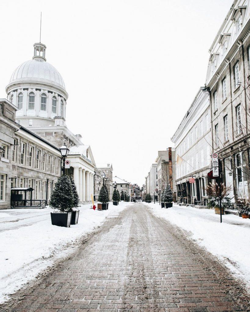 Photo d'une rue près du marché Bonsecours, situé dans le quartier historique du Vieux-Montréal.