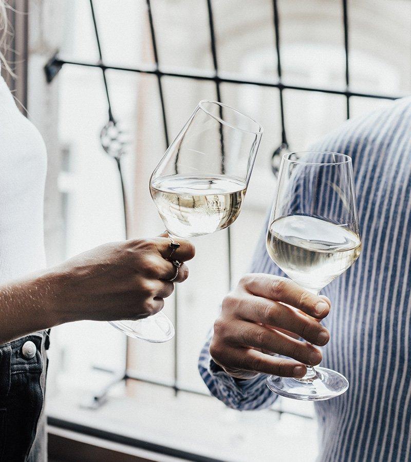 Deux personnes célébrant avec un verre de vin.