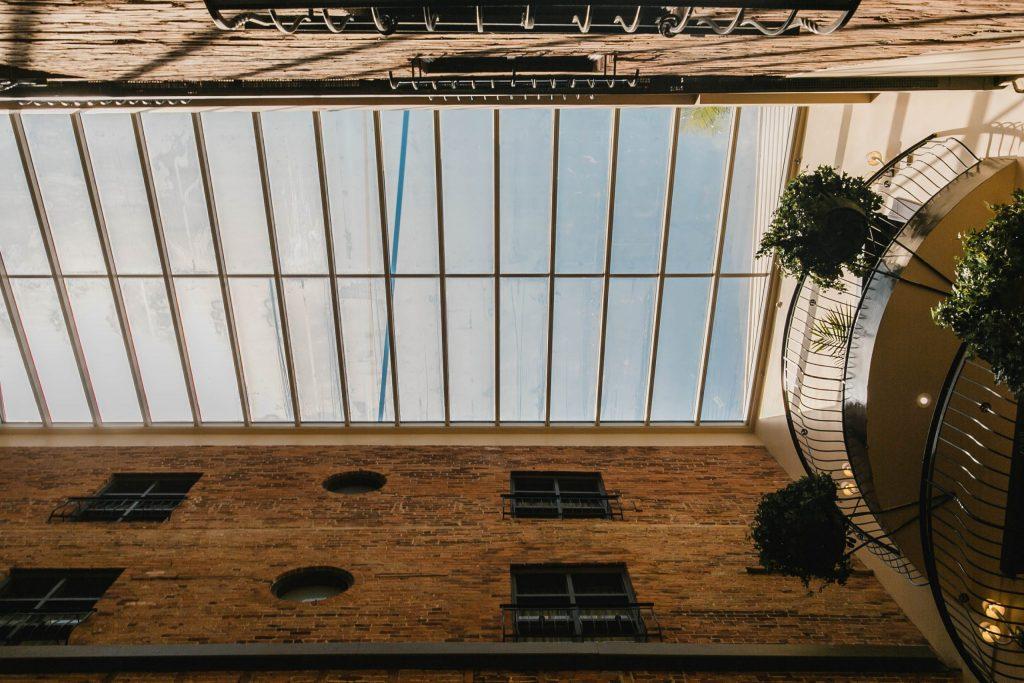 Verrière de l'atrium du NELLi Café à l'Hôtel Nelligan