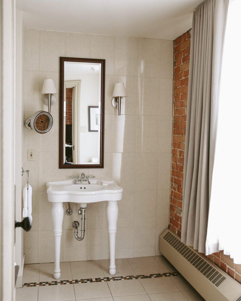 Salle de bain d'une des chambres de l'Hôtel Nelligan