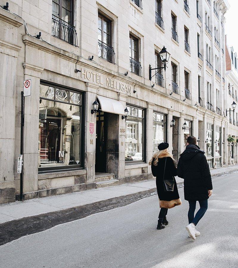Un couple en train de marcher sur la rue Saint Paul devant l'Hôtel Nelligan